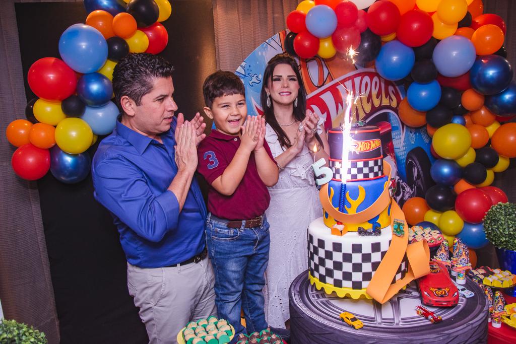 Pompeuzinho Vasconcelos completa 5 anos e ganha festa inspirada nos carrinhos Hot Wheels
