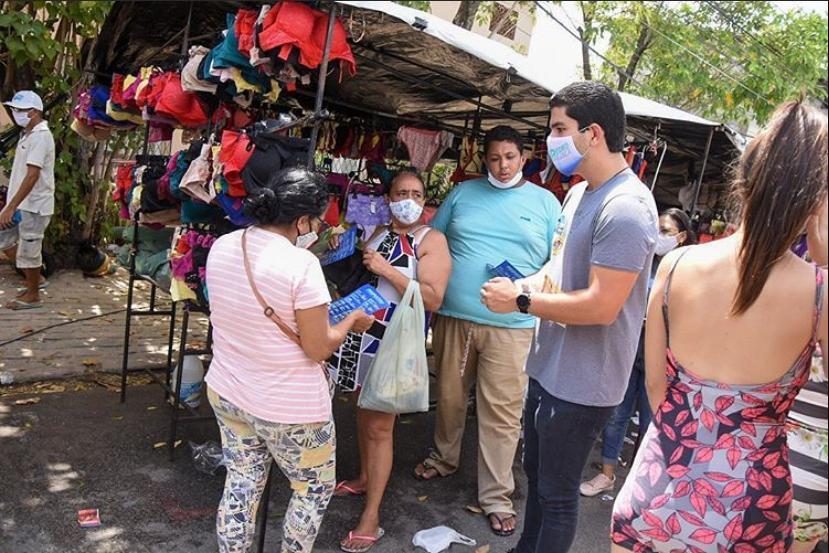 Pedro França visita a feira das Goiabeiras e conversa com empreendedores