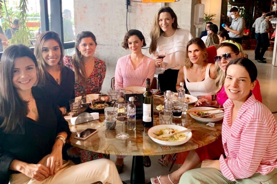 Paulinha Sampaio reúne grupo de amigas para almoço no Carbone Steakhouse
