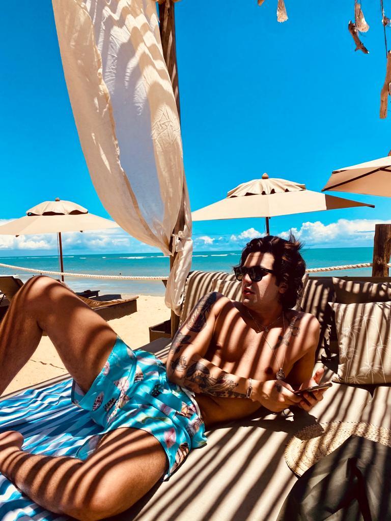 Luan Santana desembarca em Trancoso para curtir dias de sol e mar