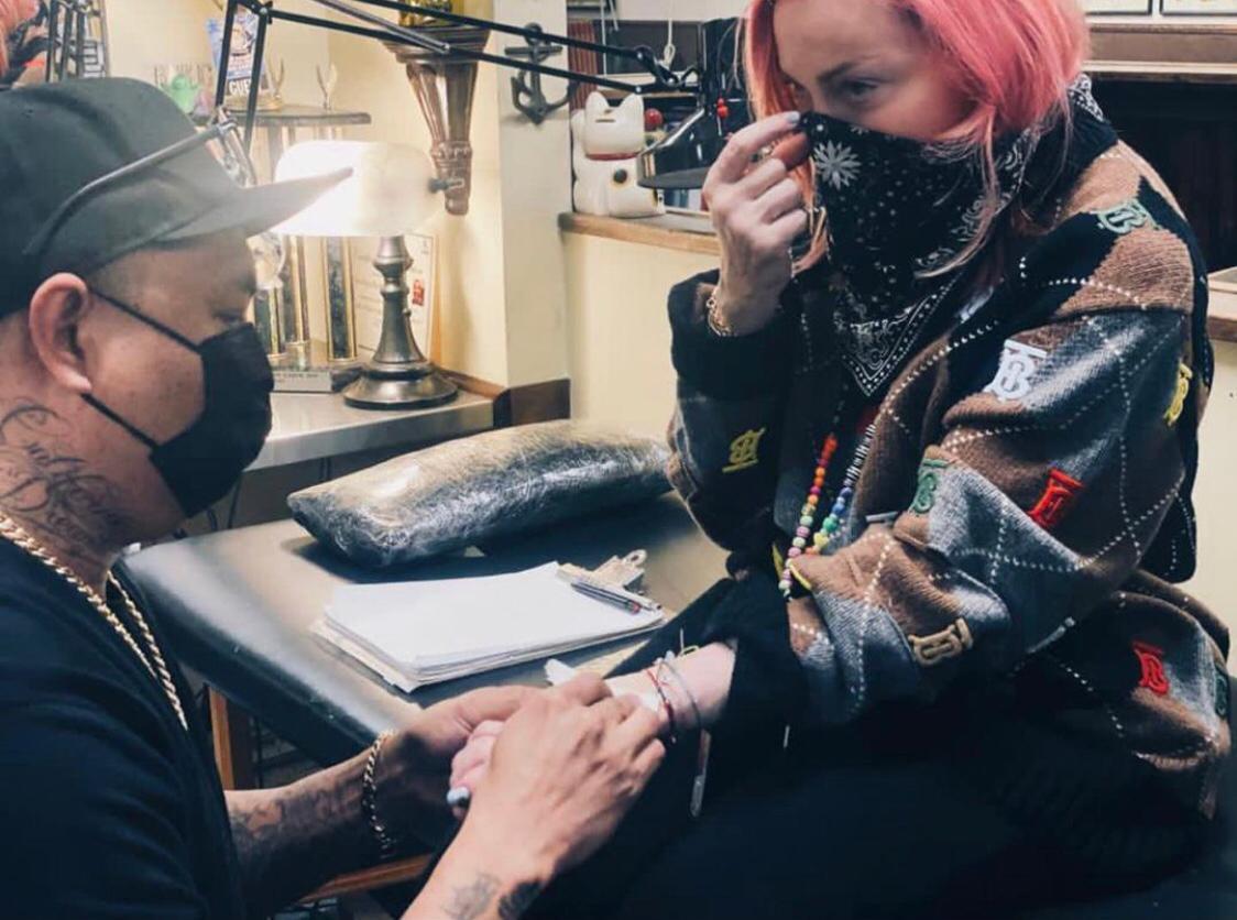 Madonna faz sua primeira tatuagem aos 62 anos