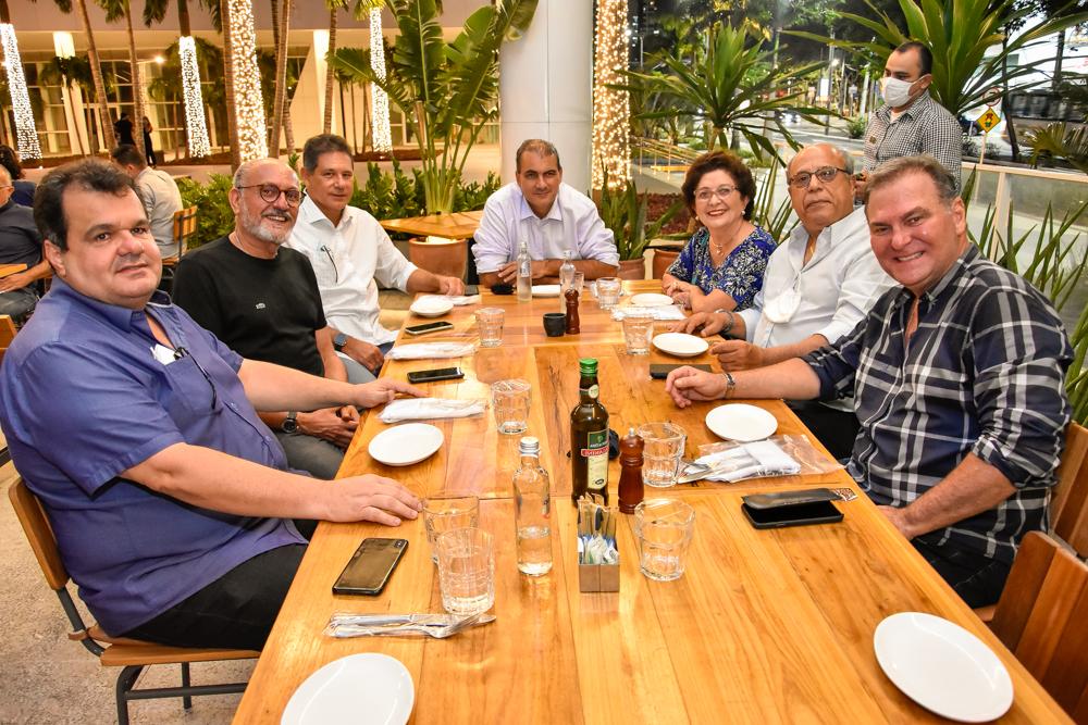 Jório da Escóssia reúne um grupo de amigos para conhecer as instalações de sua nova clínica conceito no BS Design