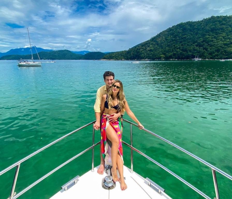 Fernanda Levy e Omar Macêdo curtem o weekend em Angra dos Reis