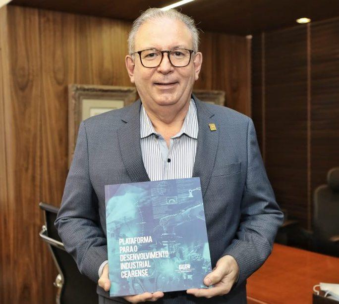 """Ricardo Cavalcante lança o livro """"Plataforma para o desenvolvimento industrial do Ceará"""" em evento na FIEC"""