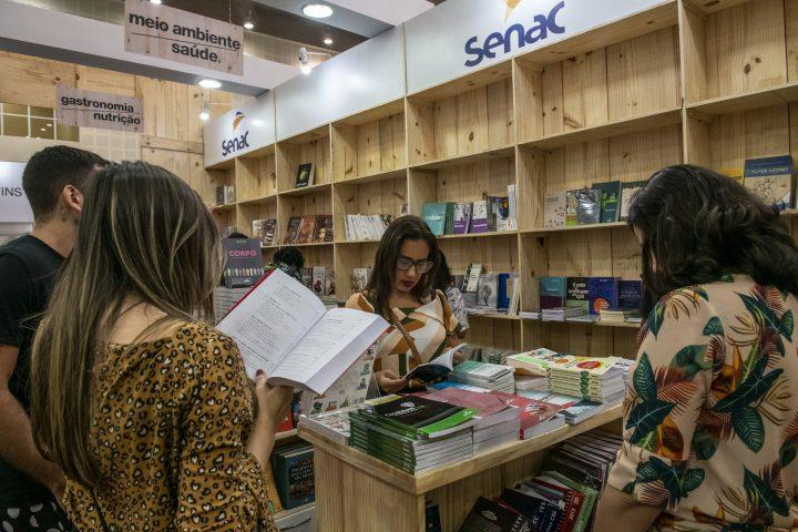 Bazar de Natal da Livraria Senac Ceará oferta livros com até 80% de desconto