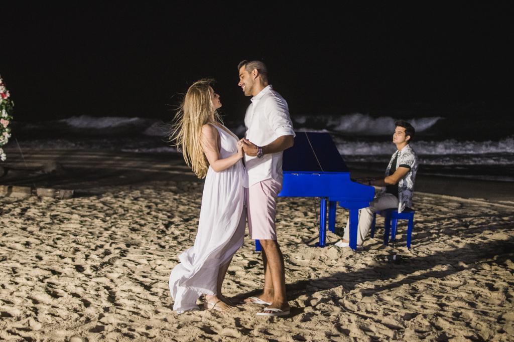 Com trilha sonora de Paulo Rodrigo, Igor Pinto e Larissa Silveira ficam noivos na praia do Porto das Dunas