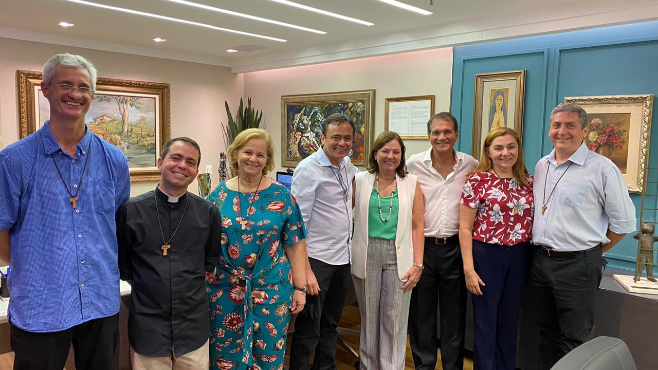 Beto e Ana Studart recebem os representantes da Comunidade Católica Shalom no BS Design