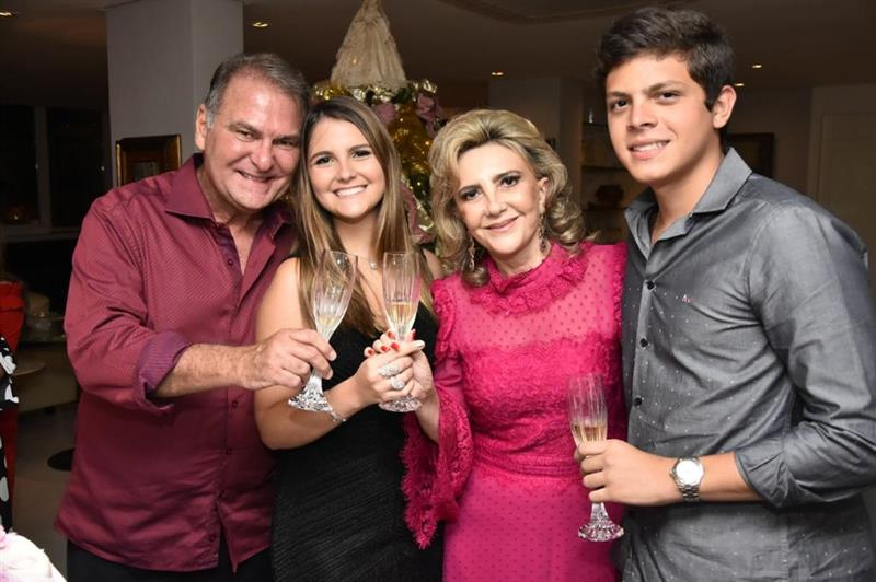 Graça Dias Branco e Jório da Escóssia Jr brindam a maioridade de Gabriela