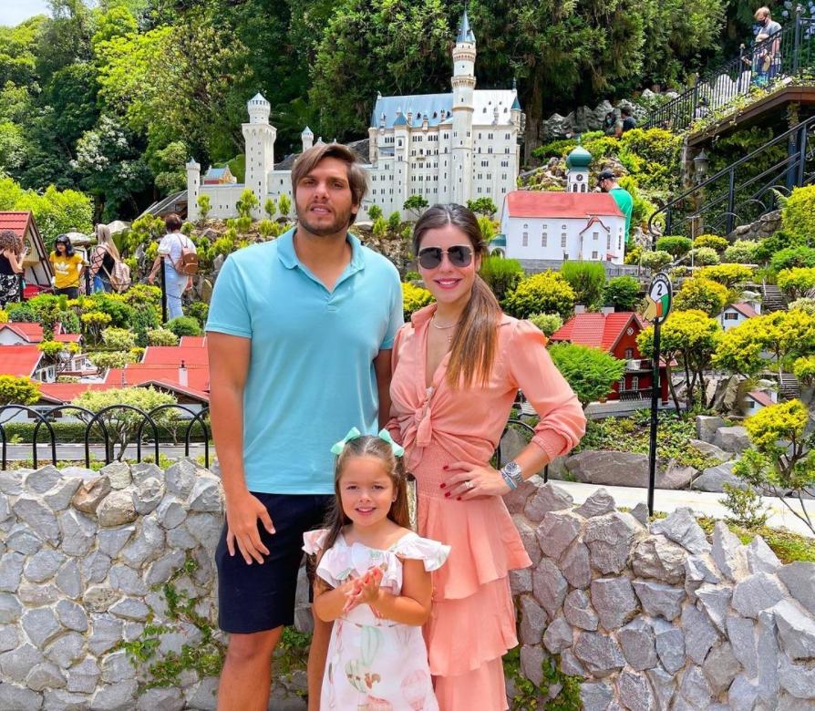 Camila Nogueira, Rômulo Leite e Sophia aterrissam em Gramado para temporada de diversão