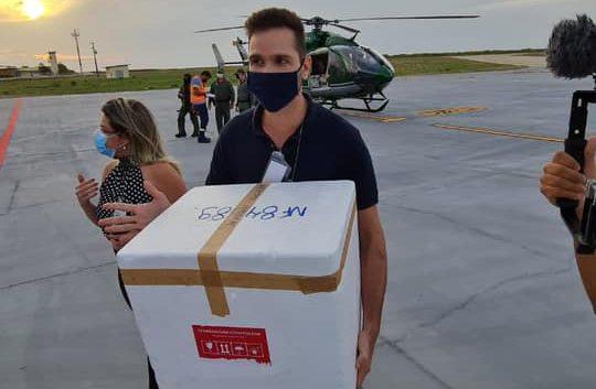 Bismarck Maia celebra entrega de novo lote de vacinas no município de Aracati