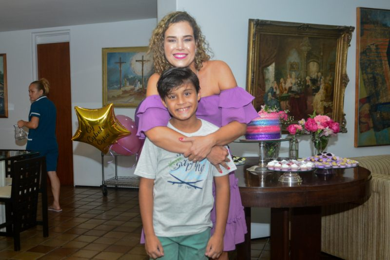 Sessão Parabéns - Cybele Campos brinda a nova idade reunindo poucos e bons em casa
