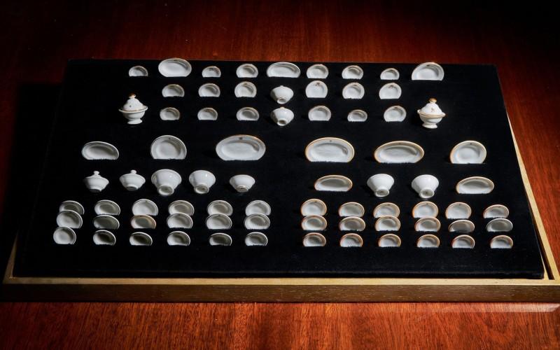 Mini louças da avó de Elizabeth II vão a leilão