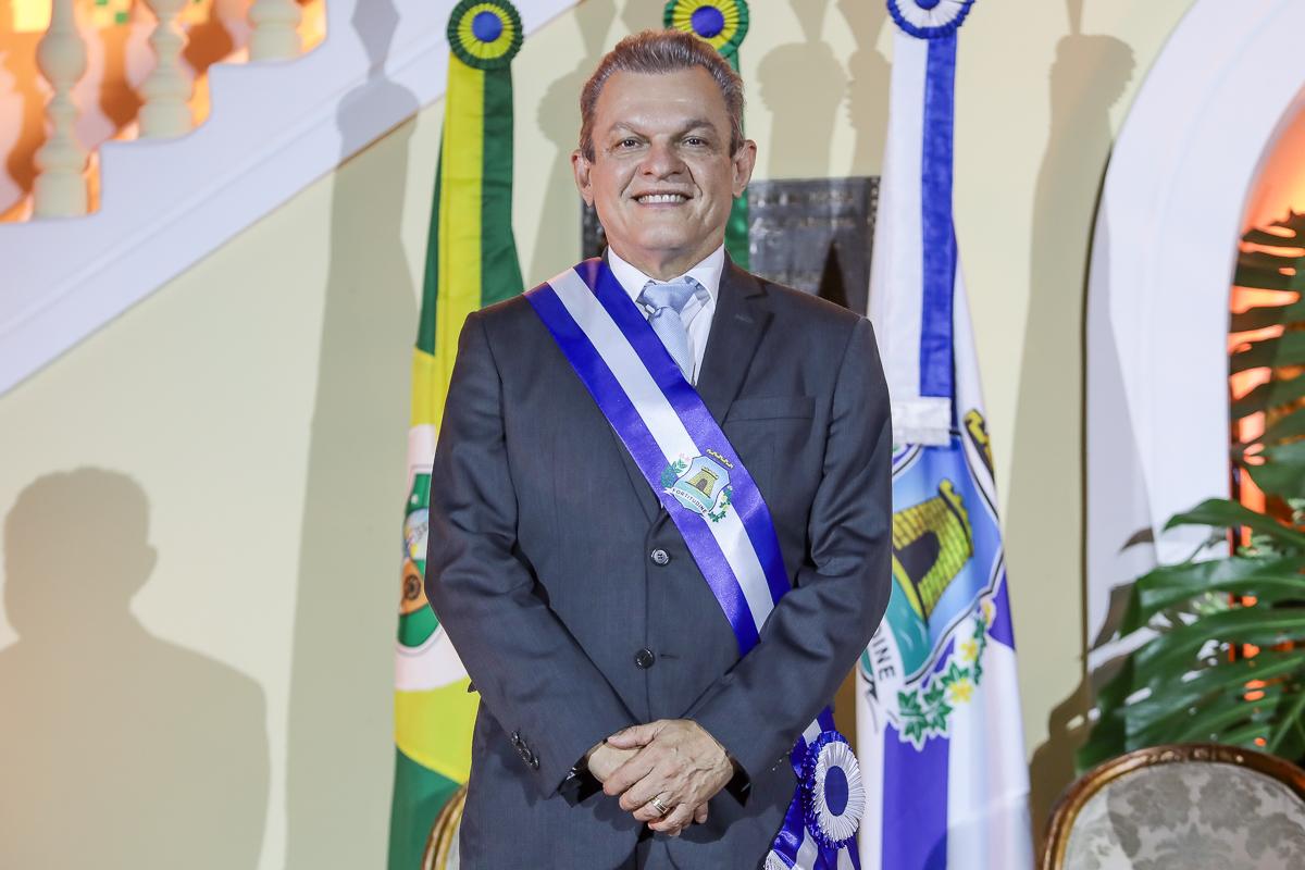 José Sarto Nogueira recebe a faixa de prefeito de Fortaleza das mãos de Roberto Cláudio em cerimônia no Paço Municipal