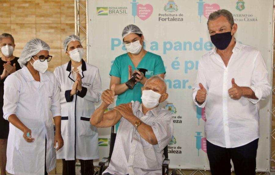 Prefeitura de Fortaleza inicia vacinação de idosos pelo Lar Torres de Melo
