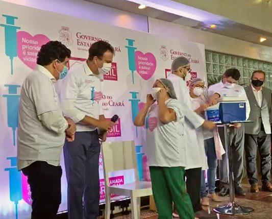 Técnica de enfermagem é a primeira cearense a receber a vacina contra a Covid-19 no Hospital Leonardo da Vinci