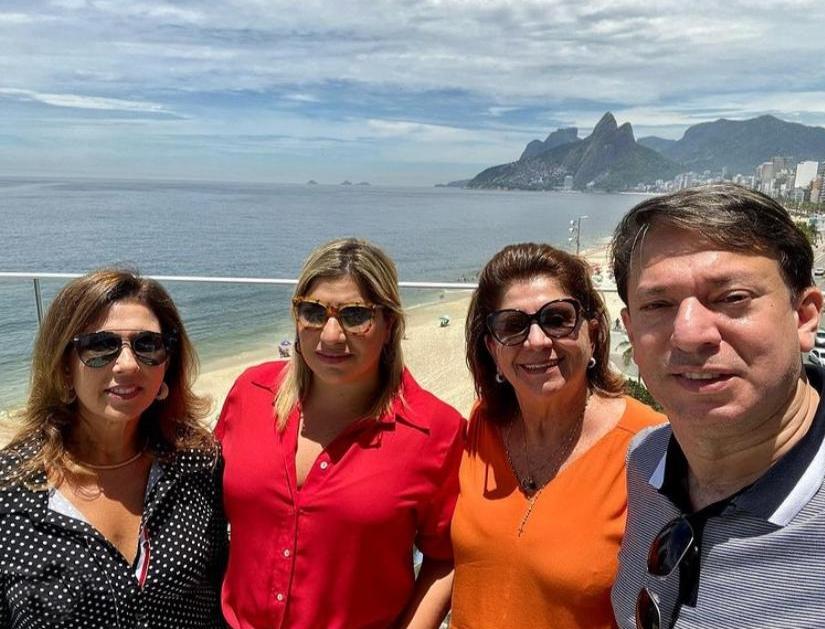 Em total clima de alegria, Manu Romcy brinda a nova idade no Rio de Janeiro