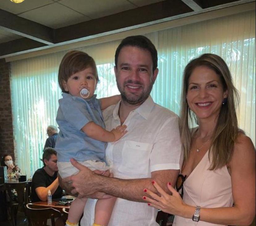 Aniversariante do domingo (10), Léo Couto brinda a nova idade na companhia da família