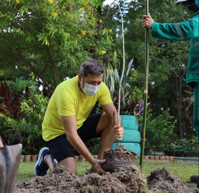 Celebrando a nova idade, Élcio Batista planta 47 árvores no Horto Municipal