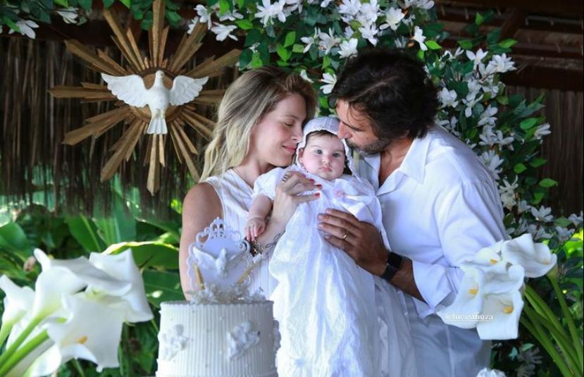 Lucas e Natália Fiuza levam a pequena Sarah à Pia Batismal