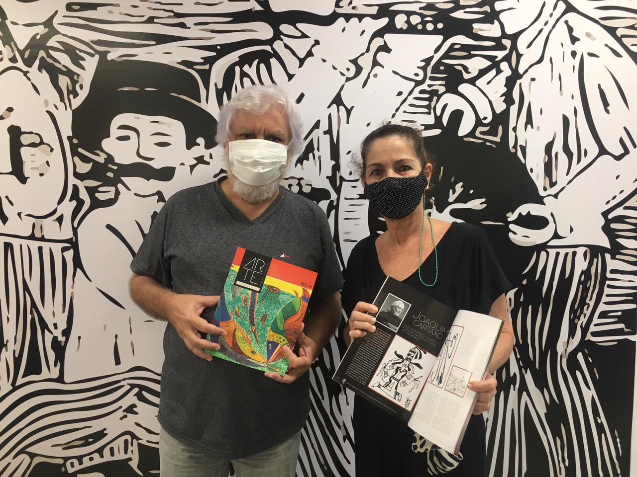 Lilian Quinderé entrega pessoalmente a nova edição da Revista Arte à Joaquim Cartaxo