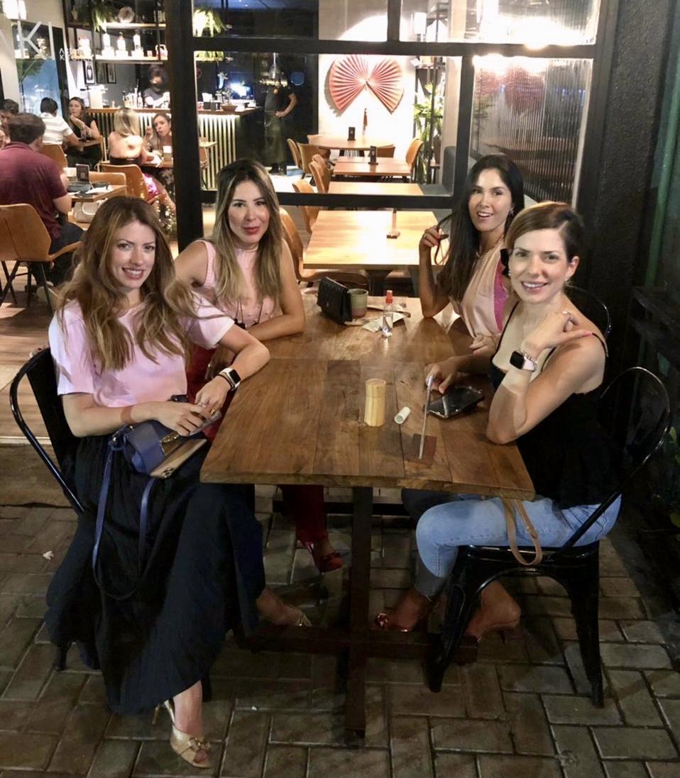 Anna e Raquel Macêdo, Manoela Castro e Thabata Farias curtem jantar asiático