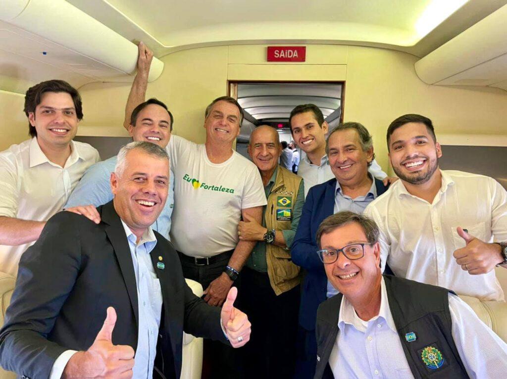 Bolsonaro aterrissa no Ceará, aglomera e troca farpas com Camilo