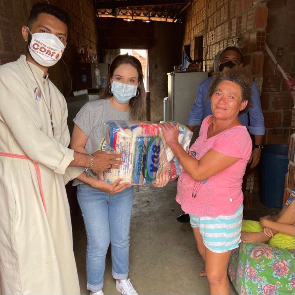 Lucinha Feitosa visita famílias carentes na região do Canindé