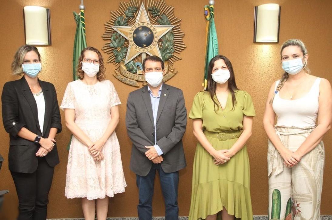 Evandro Leitão recebe Elizabeth Chagas em reunião na ALCE