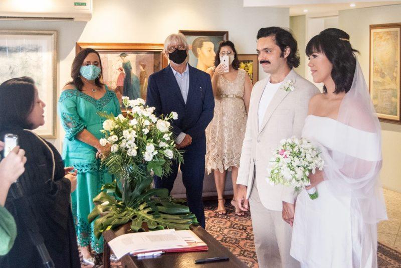Troca de alianças - Carolina Figueiredo e Victor Eleutério celebram a união civil em cerimônia intimista