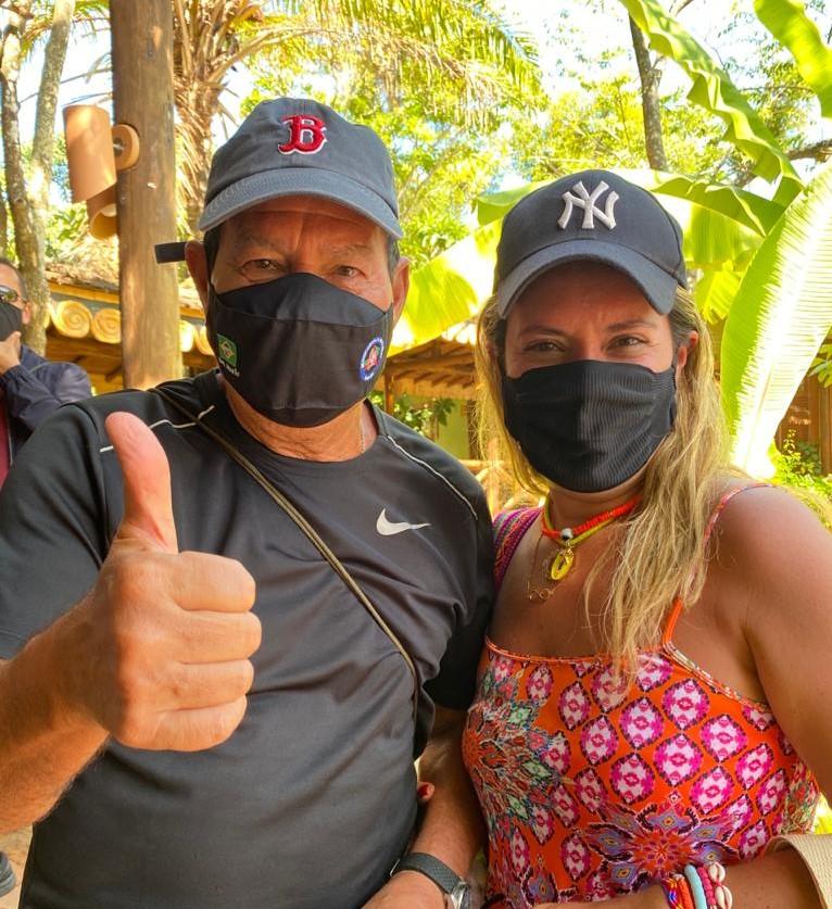 Ao lado da esposa, Hamilton Mourão curte temporada em Salvador