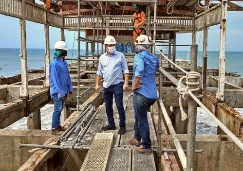 Samuel Dias vistoria obras de restauração da estrutura inferior da Ponte Metálica