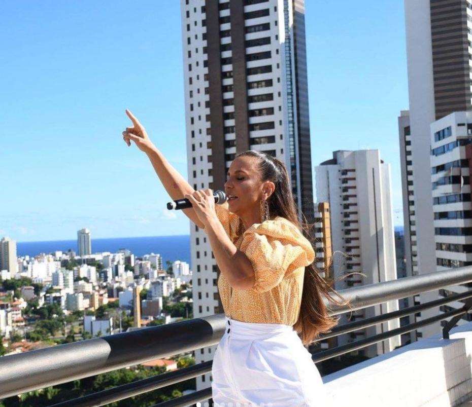 Ivete Sangalo faz show surpresa em cobertura de edifício em Salvador