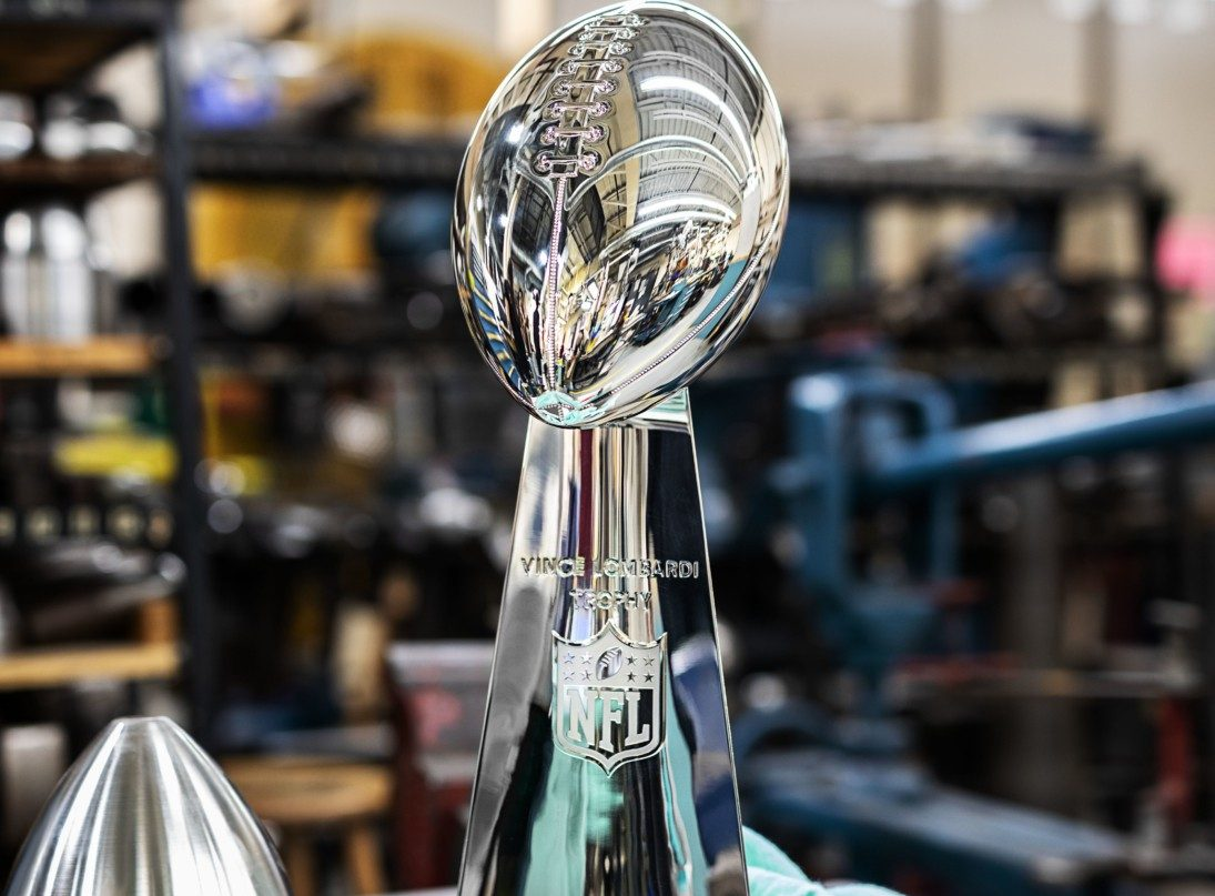 Confira os detalhes do troféu Vince Lombardi, feito pela Tiffany & Co para o Super Bowl