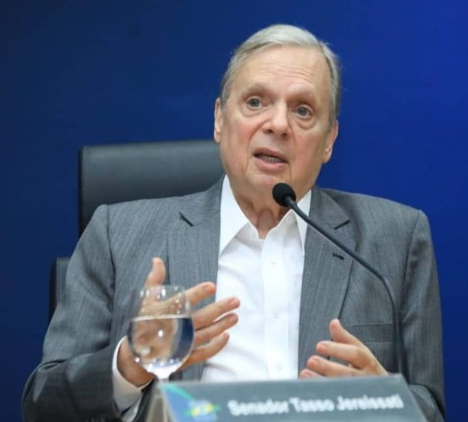 Tasso diz que partidos políticos foram triturados na Câmara e no Senado, e que Bolsonaro não tem espaço no PSDB