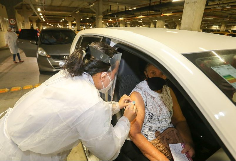Prefeitura de Fortaleza inicia vacinação de idosos por meio de drive thru no CEC