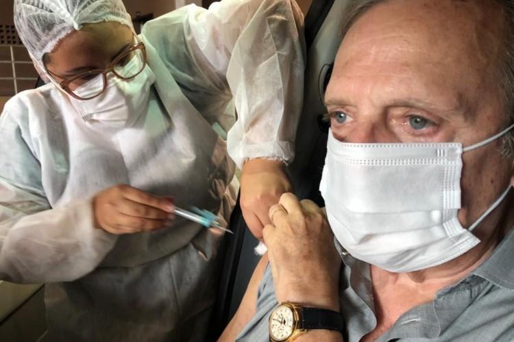 Tasso Jereissati recebe a primeira dose de vacina contra COVID-19