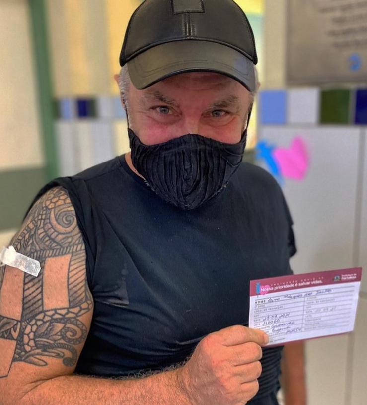 Lino Villaventura recebe a primeira dose da vacina contra Covid-19 em Fortaleza
