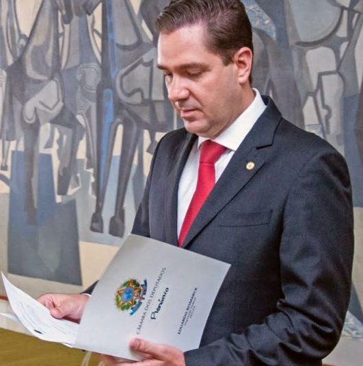 Eduardo Bismarck apresenta projeto de lei sugerindo um abono complementar