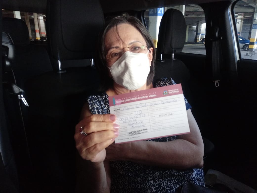 Aos 76 anos, Maria da Penha é vacinada contra a Covid-19 em Fortaleza