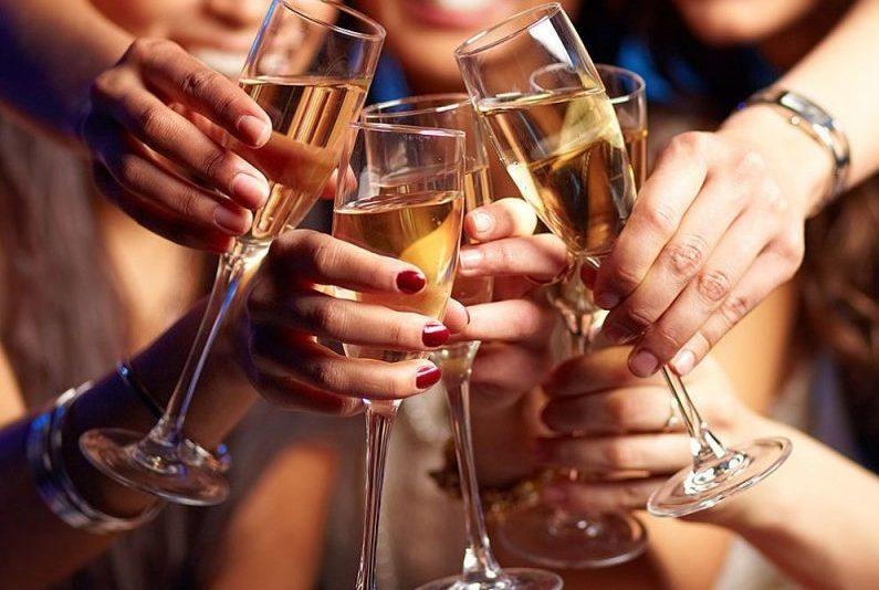Mulheres Brindando Com Champagne E1506616100907