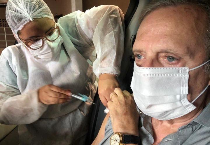 Tasso Jereissati recebe primeira dose da vacina e deixa mensagem de confiança