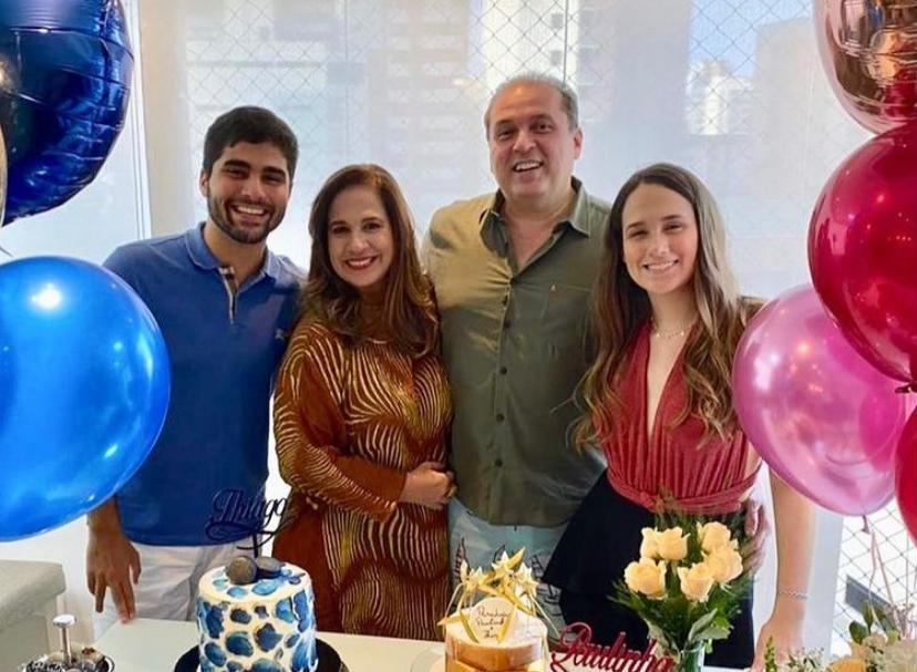 Martinha e George Assunção brindam a nova idade dos filhos em comemoração surpresa