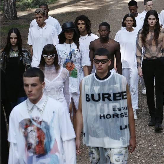 Burberry cancela fashion show em memória ao Príncipe Philip