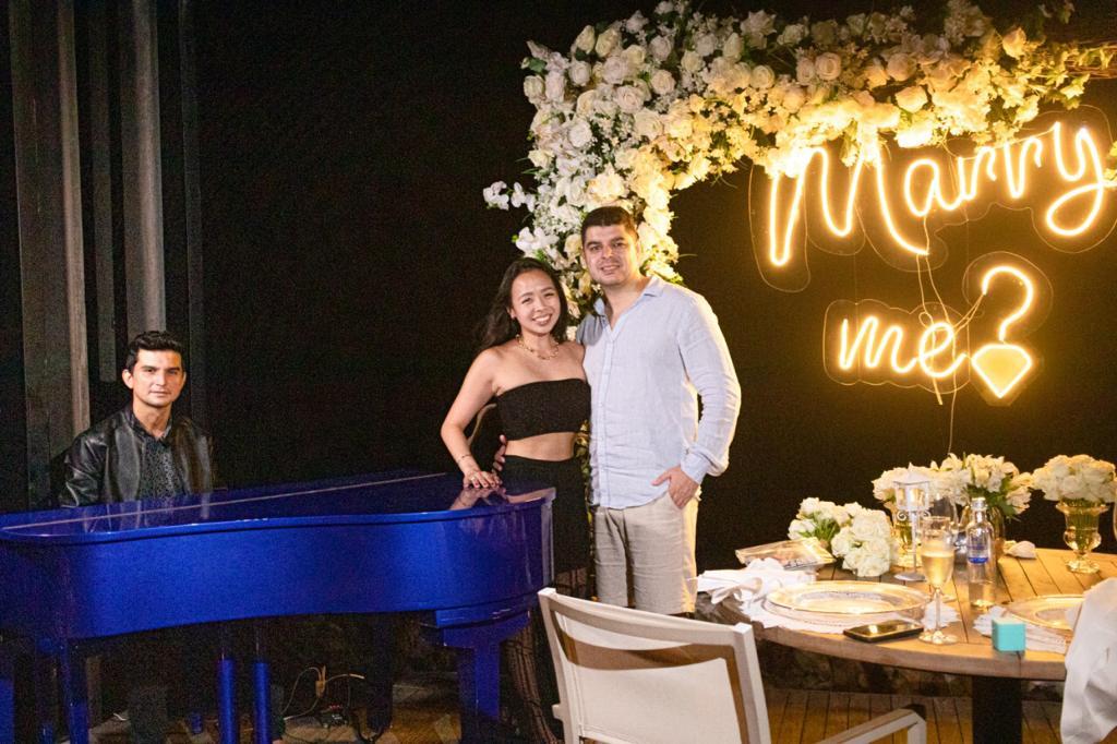 Com trilha sonora especial, Paulo Rodrigo faz parte de mais um pedido de casamento no Carmel Taíba