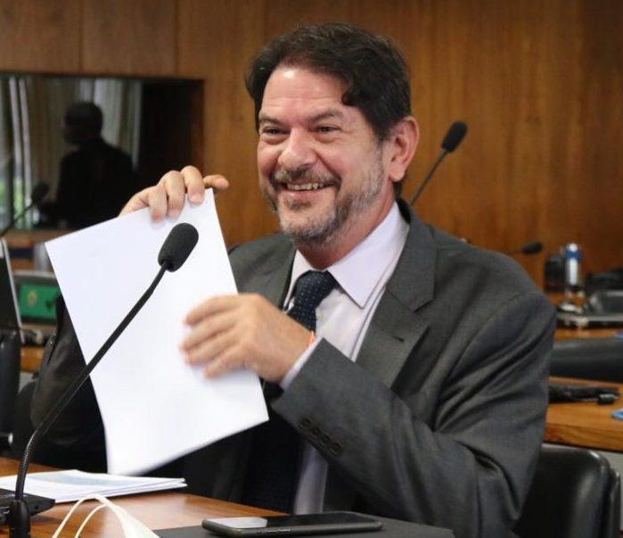 Cid Gomes testa positivo para Covid-19, mas afirma que sintomas são leves