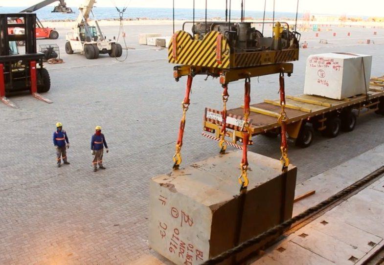 Porto do Pecém exportou mais de 13 mil toneladas de blocos de granito até abril