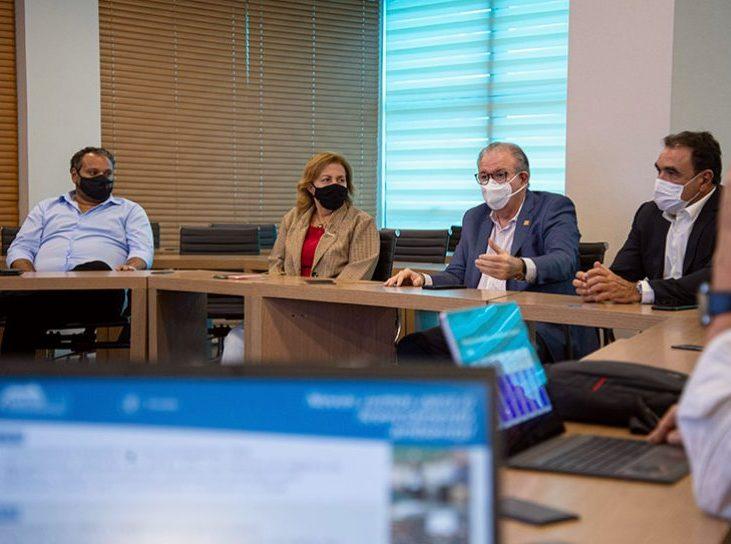 Ricardo Cavalcante apresenta todas as opções do Observatório da Indústria para uma comitiva de integrantes do FNNIC