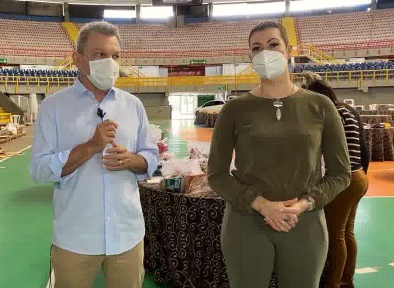 Sarto e Natália Herculano comemoram a doação de 14 toneladas da alimentos para o programa Soma Mais Fortaleza