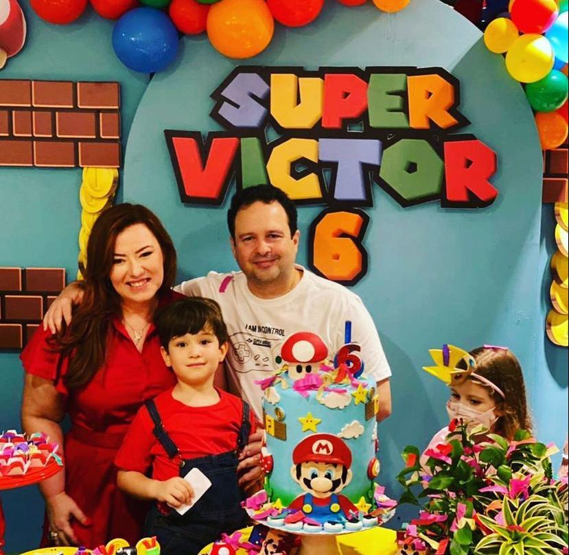 Aline Félix e Igor Barroso festejam os sete anos de Victor