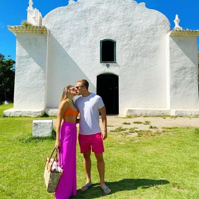 Após tornarem-se marido e mulher, Carla Diógenes e Carlos Arruda curtem lua de mel em Trancoso
